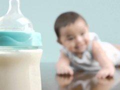 Как правильно кормить ребенка из бутылочки: простые советы
